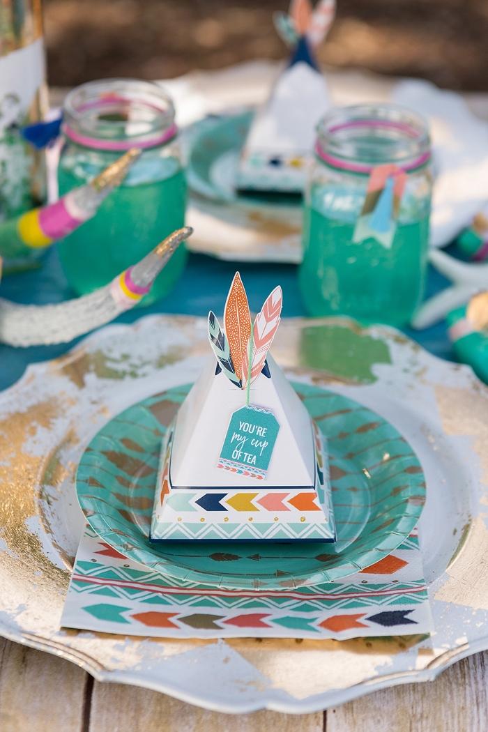 Kleine Schachtel in Form von Zelt mit bunten Federn, schöne Gastgeschenke für Hochzeitsgäste