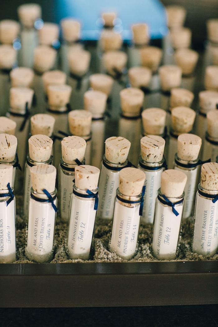 Kleine Flaschen mit Botschaften, originelle Geschenke für Hochzeitsgäste, mit blauen Bändern