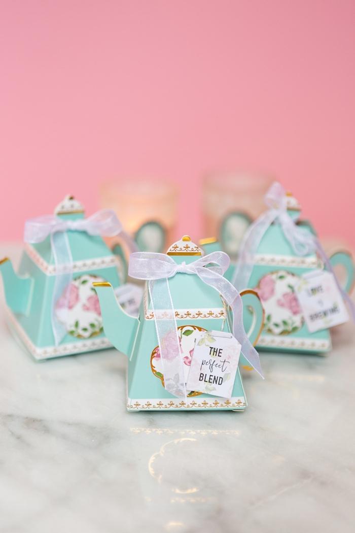 Kleine Schachtel in Form von Teekanne mit weißem Band, Hochzeitsgeschenke für Gäste