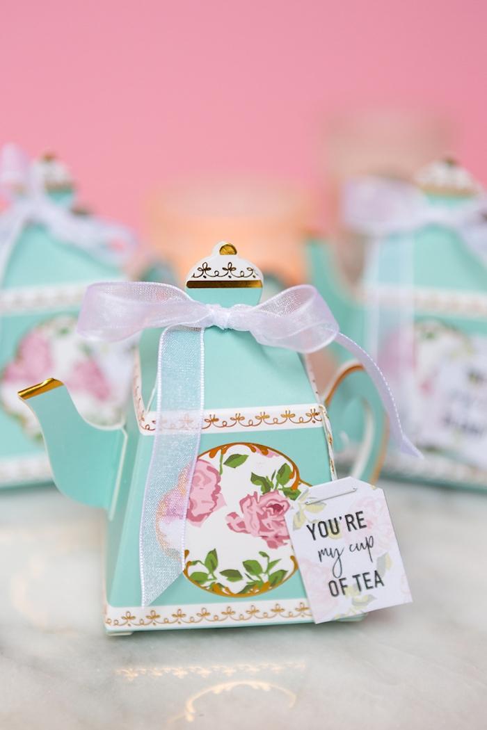 Kleine Schachtel in Form von Teekanne mit Blumenmuster, Tee für die Hochzeitsgäste