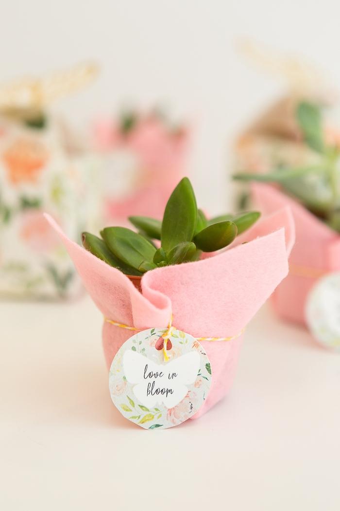 Kleiner Blumentopf in Filz verpackt, Anhänger mit Blumenmuster mit Faden befestigt