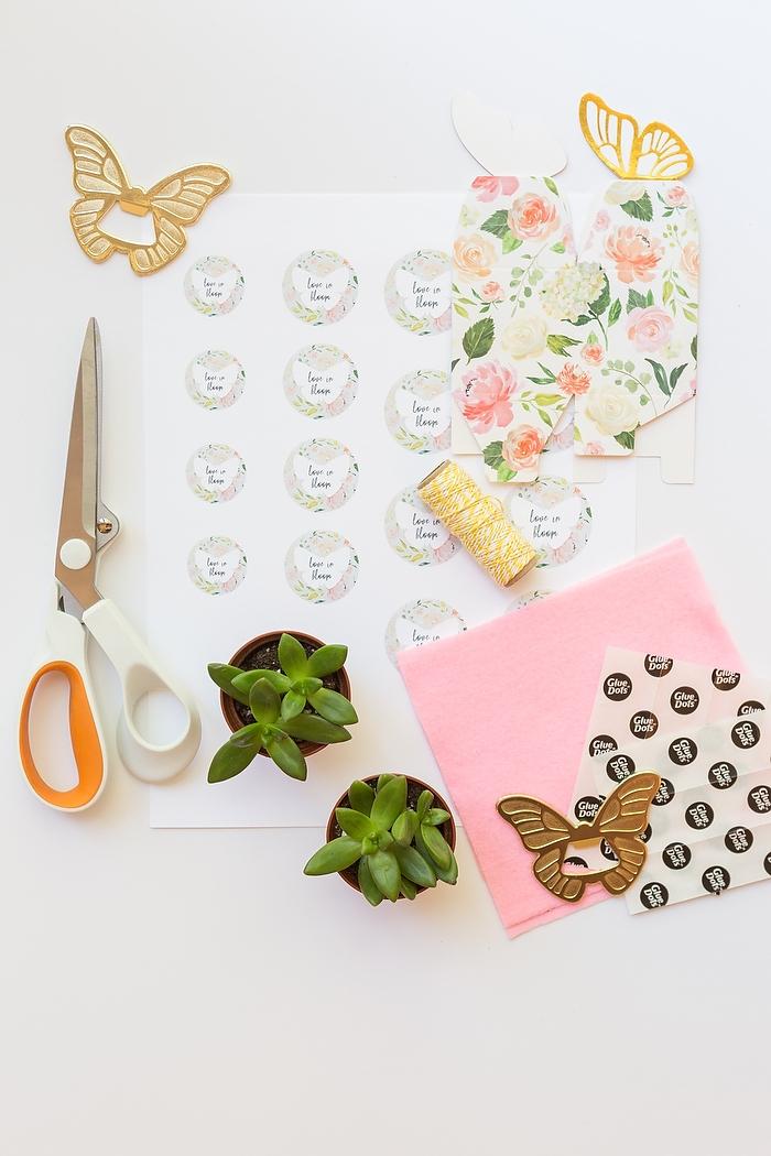 Kleine Blumentöpfe mit Anhängern in Form von Schmetterlingen dekorieren, kleine Geschenke für Hochzeitsgäste