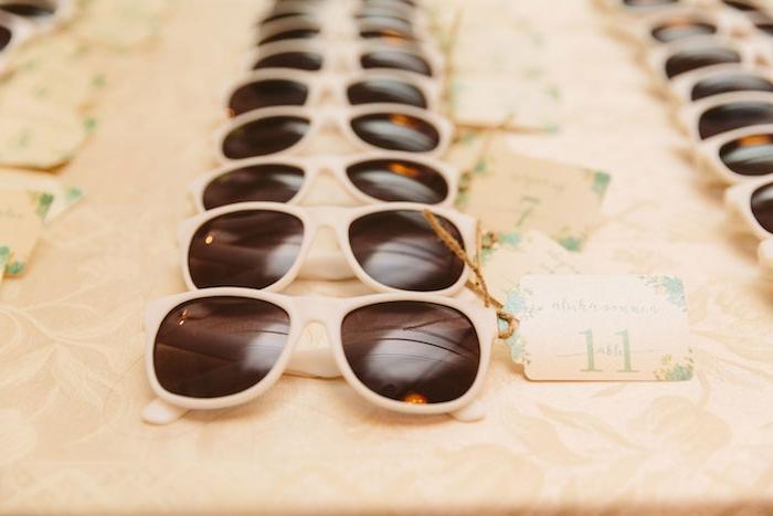 Sonnenbrillen mit Platzkarten für alle Gäste, coole Idee für Sommer Party oder Hochzeit