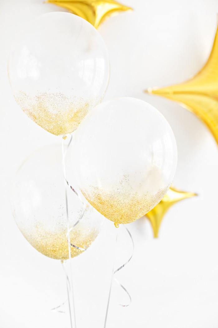 Durchsichtige Ballons mit goldenem Glitter, gelbe Ballons in Form von Sternen