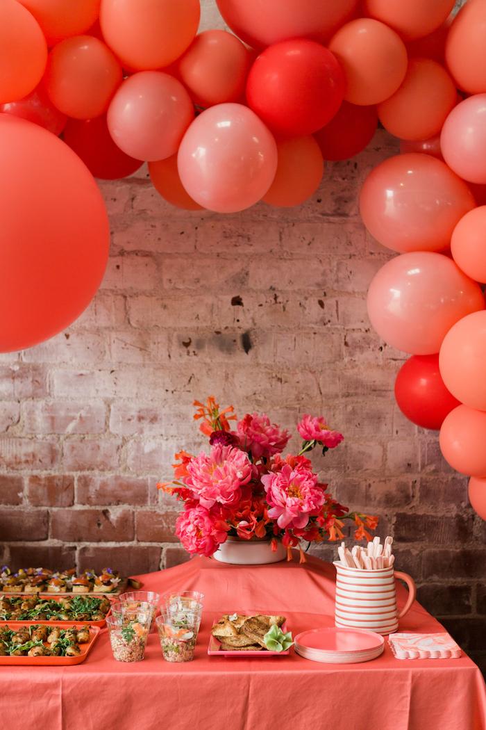 Geburtstagsdekoration in Rot, viele Ballons, großer Pfingstrosenstrauß, Snacks und Getränke für die Gäste