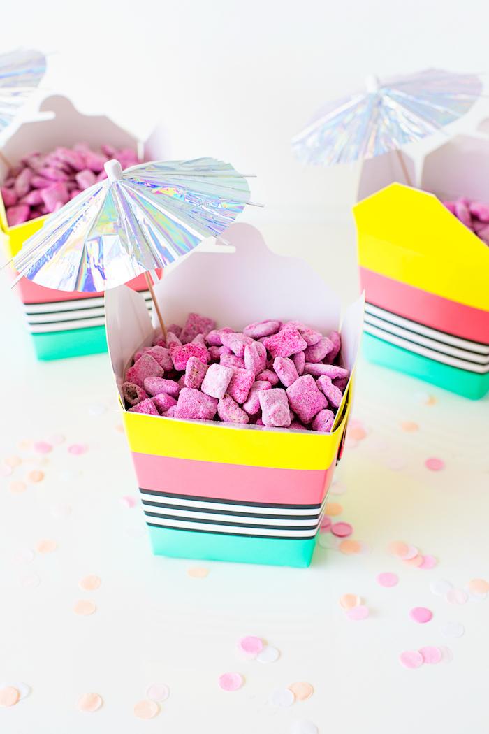 Kleine Bonbons in bunten Schachteln mit silbernen Cocktailschirmchen, Ideen für Kindergeburtstag