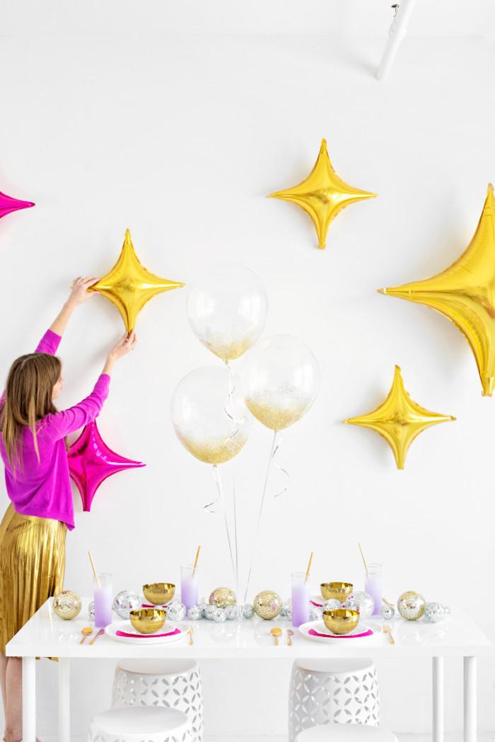 Geburtstagsparty planen und Zimmer dekorieren, Ballons aufhängen, durchsichtige Ballons mit Glitter