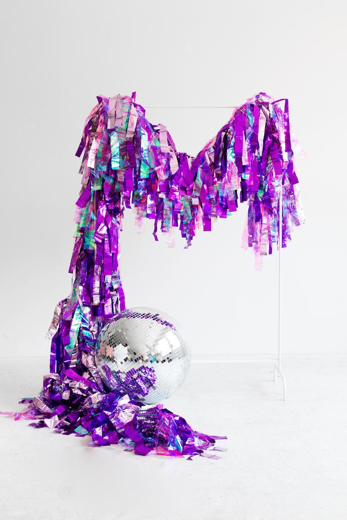 Ideen für Geburtstagsdekoration, lilafarbene Girlande und Diskoball, Zimmer für Party dekorieren