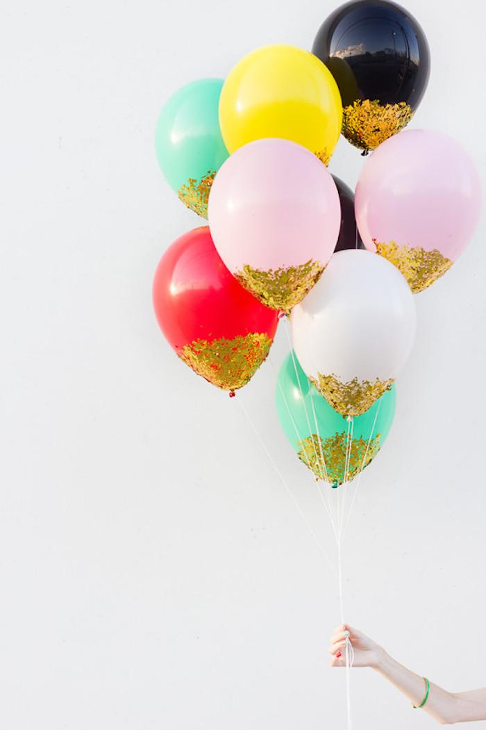 Einfarbige Ballons mit goldenem Glitter verzieren, Party Deko selber machen