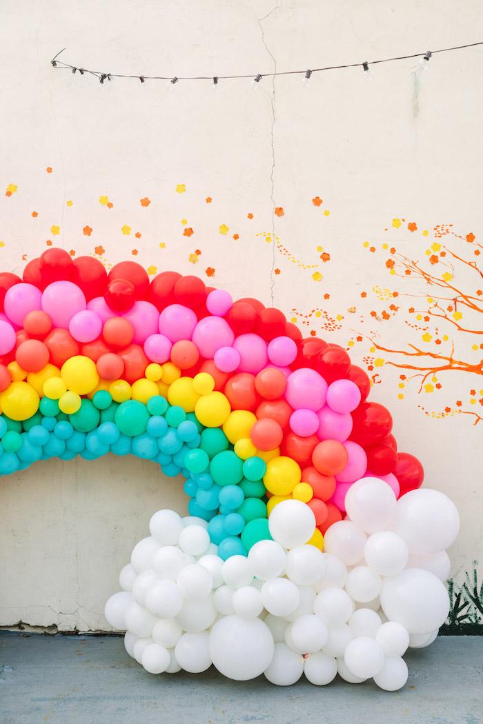 Regenbogen und Wolken aus bunten Luftballons, schöne Deko Idee für Kindergeburtstag