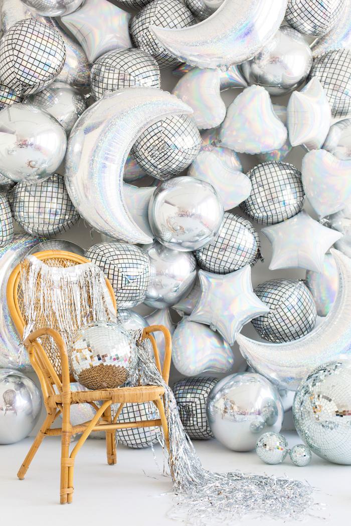 Viele silberne Ballons in Form von Herzen, Sternen und Monden, Dekoration für Geburtstagsparty