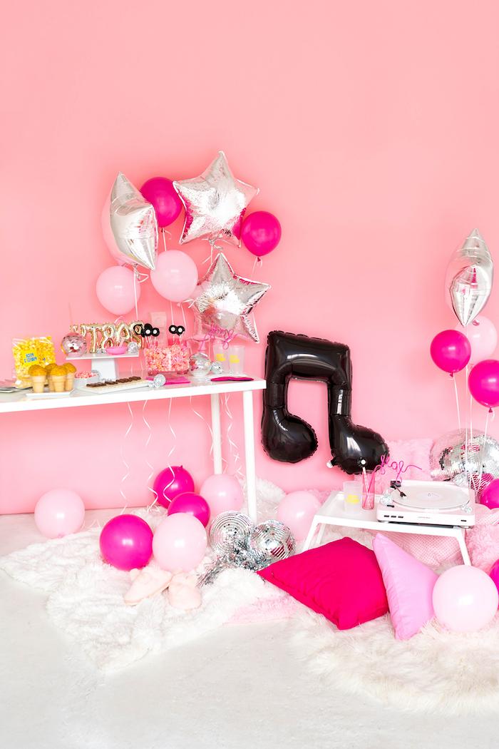 Bunte Ballons in Form von Noten und Sternen, Geburtstagsparty für Mädchen planen