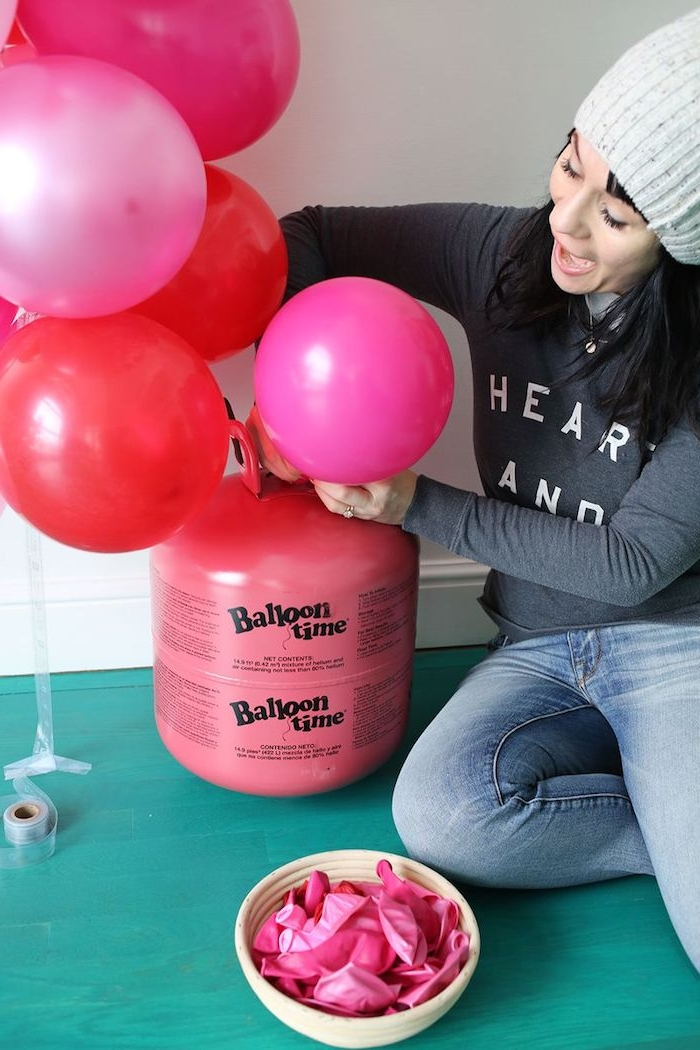 Rote und rosafarbene Ballons für Kindergeburtstag aufblasen, deko Ideen für Geburtstag
