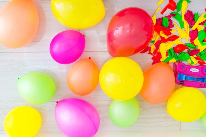 Bunte Ballons für Geburtstasgparty aufblasen, Ideen für schöne Party für Kinder