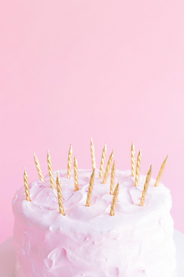 Leckere Geburtstagstorte mit weißer Glasur, Kerzen mit goldenem Glitter, Ideen für Kindergeburtstag