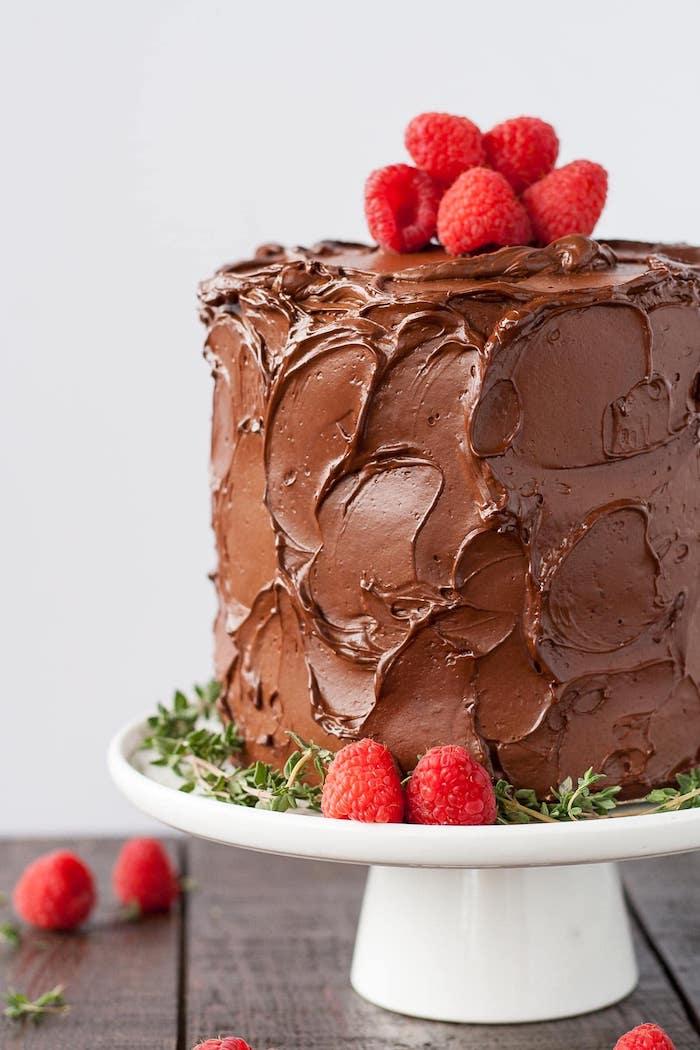 Dreistöckige Torte mit Schokoladenglasur und frischen Himbeeren, leichte Rezepte für schöne Torten
