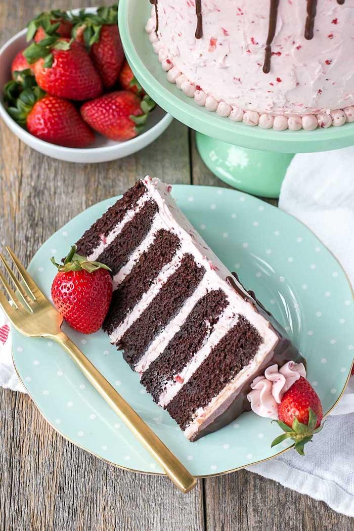 Tortenstück mit Erdbeercreme, Schokoladenglasur und Kakao Tortenboden, mit frischen Erdbeeren dekoriert