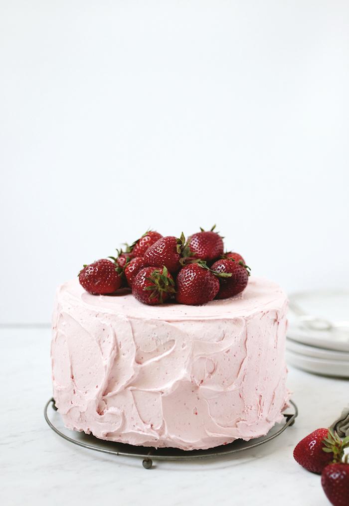 Leckere Torte mit Erdbeercreme, mit frischen Erdbeeren dekoriert, Rezept für einfache Sommertorte
