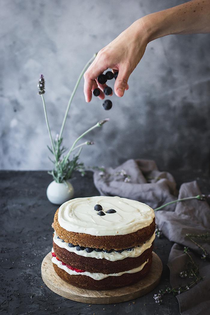 Dreistöckige Torte mit Vanillecreme, Blaubeeren und Erdbeeren, einfaches Rezept für Sommertorte