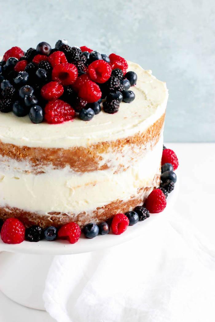 Leckere Torte mit Vanillecreme und frischen Beeren, leichtes Rezept für Sommertorte