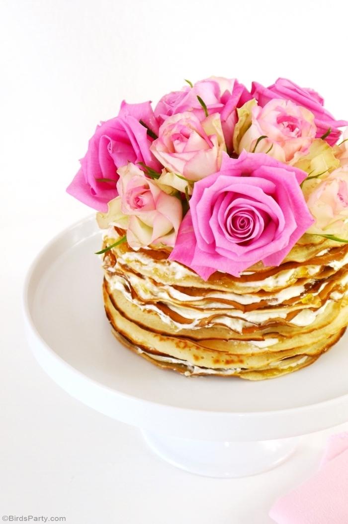 Leckere und leichte Pfannkuchentorte mit Vanillecreme und Honig, dekoriert mit echten Rosen