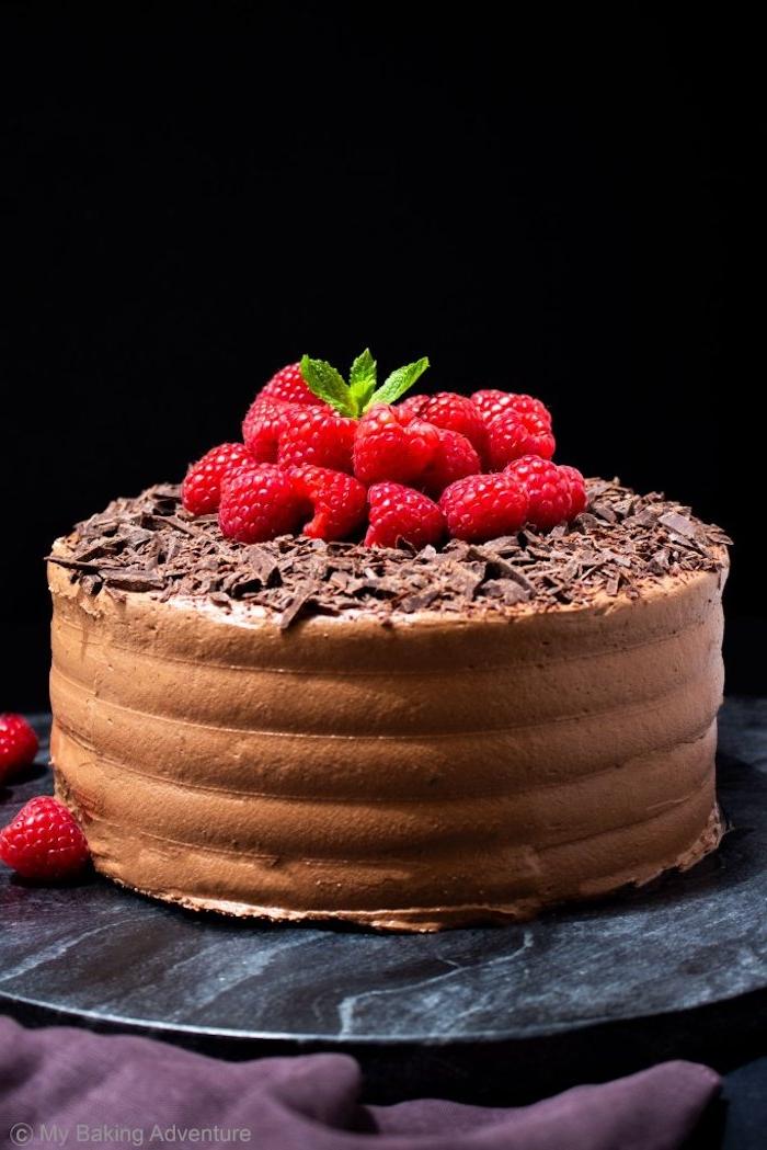 Rezept für Schokoladentorte, dekoriert mit frischen Himbeeren und Minze, Idee für Geburtstagstorte