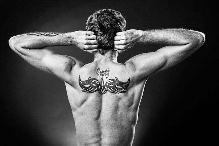 gedenk tattoo am rücken, abstraktes motiv, mann mit tötoiwerungen