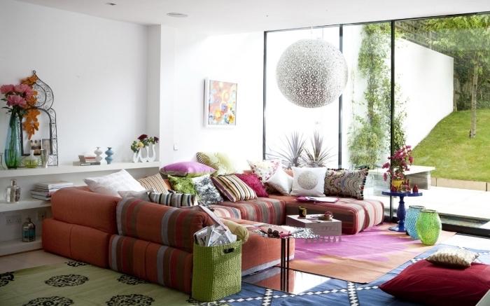 wohnzimmer deko ideen in bunten farben, krasse dekorationen teppich sofa aus kissen, garten