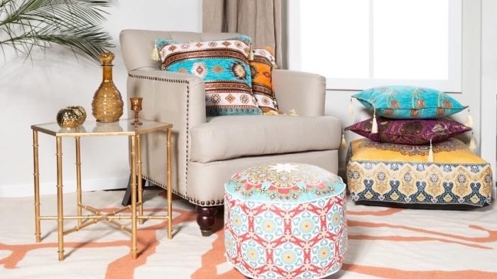 wohnzimmer einrichtungsideen in orientalischem stil, inspo von den arabischen ländern, bunte dessins, bodenkissen, kissen deko