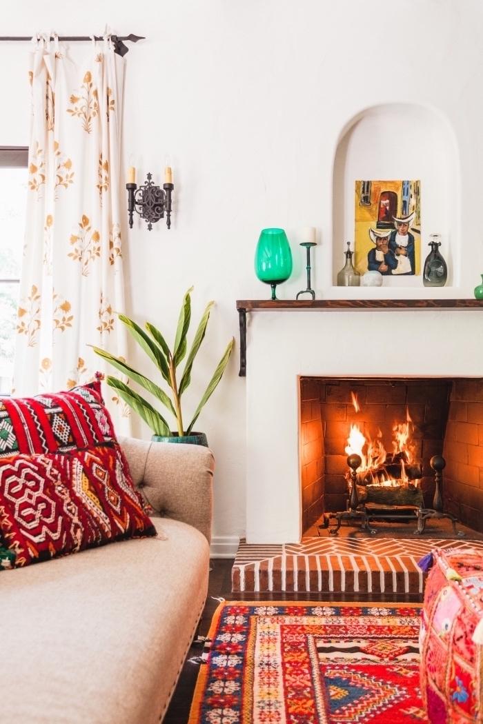 wohnzimmer einrichtungsideen in rot und beige, grünes glas, vorhänge in weiß mit goldenen dekorationen