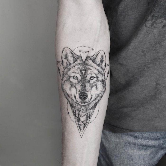 eine hand mit einem großen schwarzen wolf tattoo arm mkt einem wilden wolf mit einer schwarzen nase und kleinen weißen geometrischen formen