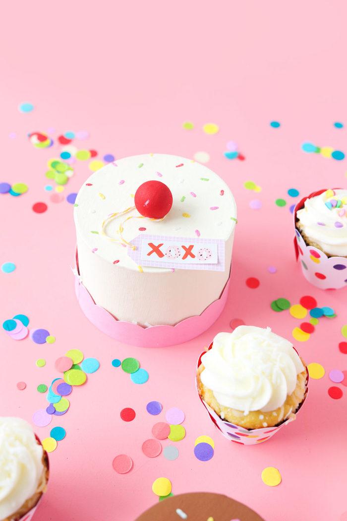geschenkbox basteln, ideen zum geburtstag, geschenk selber machen, schachtel in form von torte