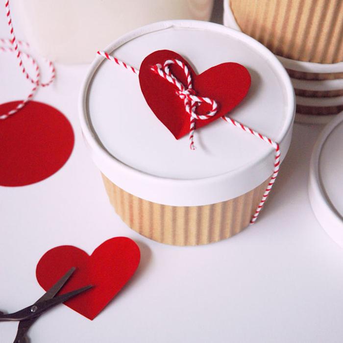 geschenkbox basteln, diy bastelideen zum valentinstag, selbstgemachte box