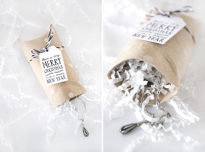 geschenkbox weihnachten, streifen weißes papier, geschenk verpacken, basteln mit klorolen