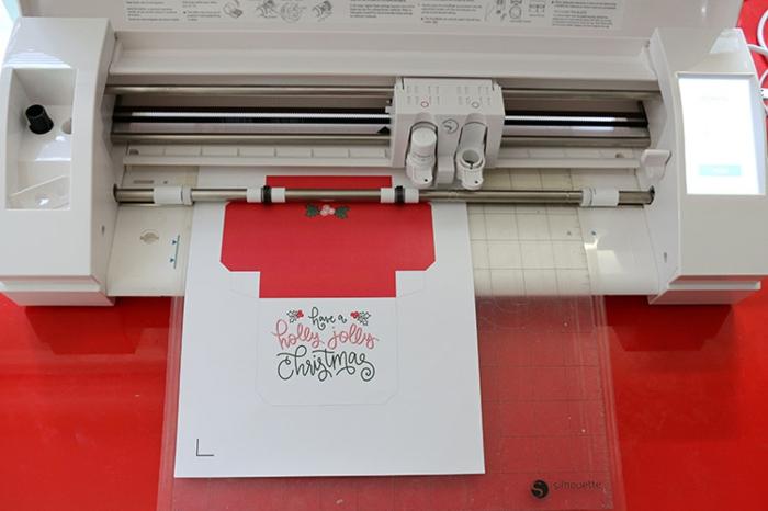 Zuerst drucken Sie die Vorlage aus auf weißem Papier oder Karton, Gutschein verpacken