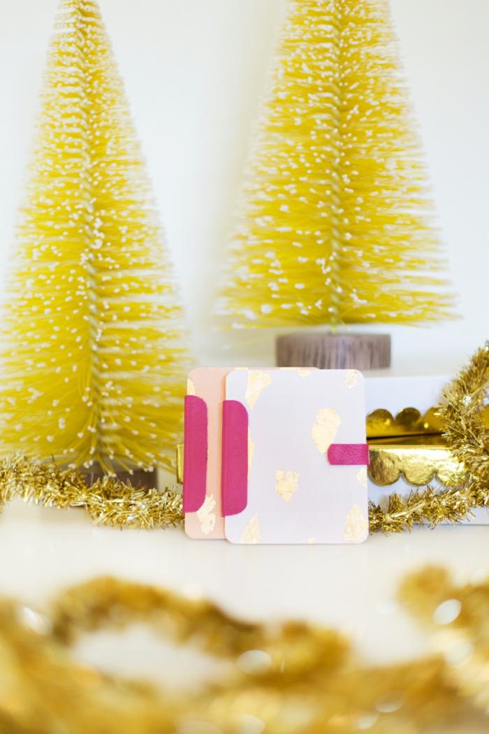zwei Gutschein Verpackungen aus Holz in rosa und in weißer Farbe, Geschenke schön verpacken