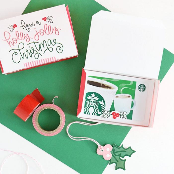 Gutschein verpacken in einer schönen Schachtel mit Anhänger, zwei Schachtel zu Weihnachten