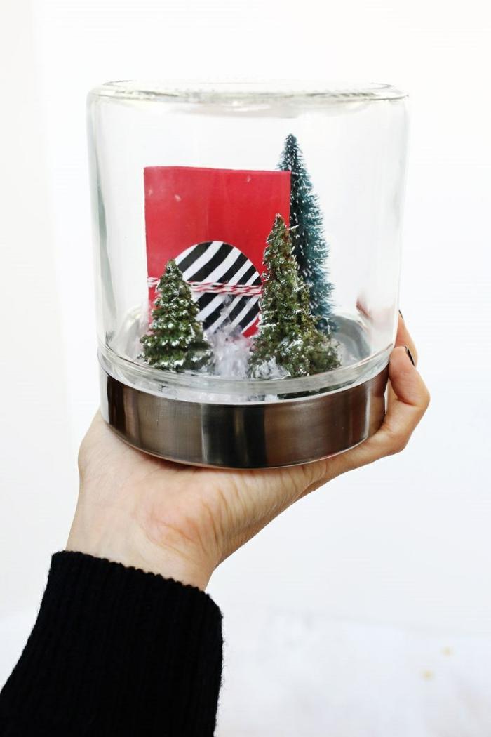 eine Schneekugel mit drei Tannenbäume und ein Gutschein, Geschenke originell verpacken