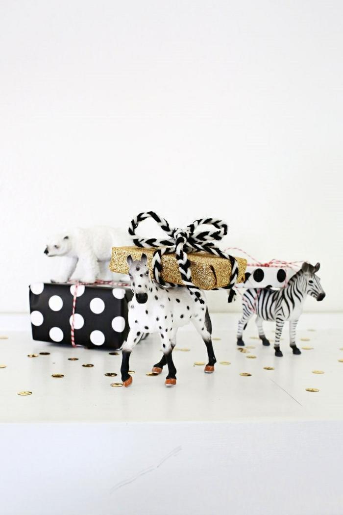drei Tiere, Eisbär, Pferd und Zebra, Spielzeuge, die die Gutschein Verpackugen tragen, Geschenke originell verpacken