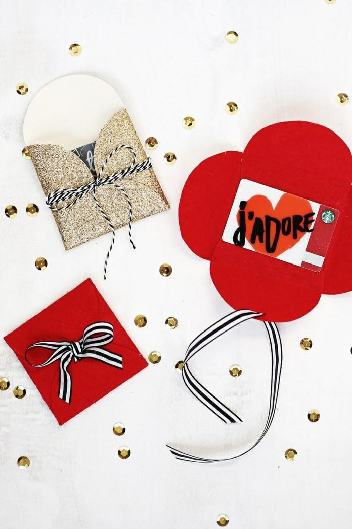 drei Päckchen voller Gutscheine zu Weihnachten, Geschenke originell verpacken