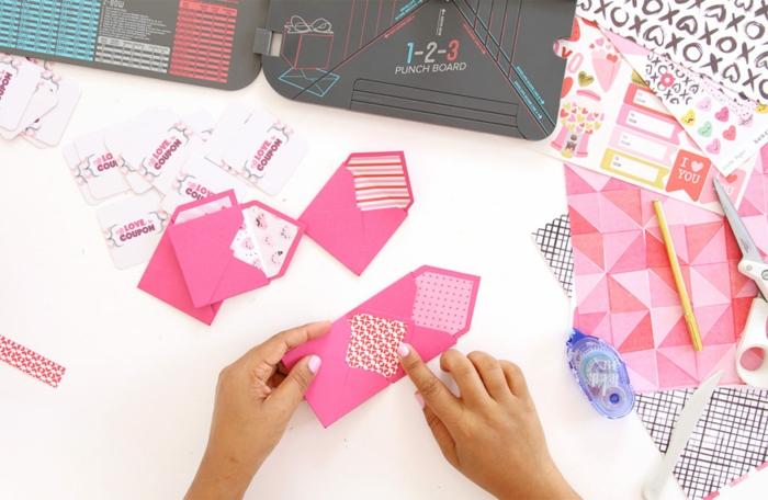 fünf rosa Briefumschlage mit kreativen Mustern, kleine Kartchen, Gutschein basteln und verpacken