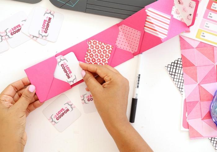 eine Reihe von kleinen rosa Briefumschlägen, in den Sie Gutschein stecken, Gutschein basteln