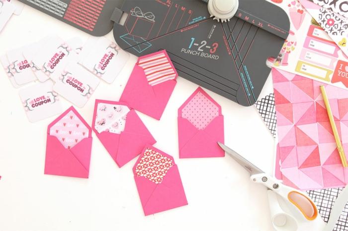fünf rosa Briefumschläge und eine Menge Liebe Gutscheine, Gutschein basteln zum Valentinstag