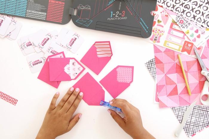 alle Briefumschläge kleben mit Doppelklebeband, Gutschein basteln zum Verpacken der Geschenke