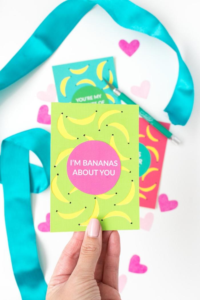eine grüne Karte mit rosa Aufkleber, kleine Figuren von Bananas, Geschenke verpacken
