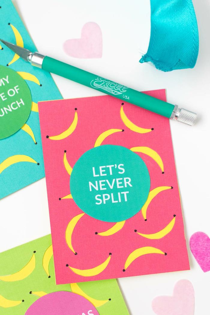 rosa Karte mit grünen Aufkleber, eine lustige Aufschrift, gelbe Bananen, Geschenke verpacken