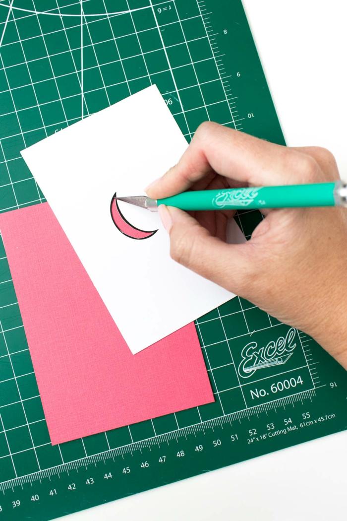 Eine Anleitung, wie Sie mit Cuttermesser die kleinen Bananen aus dem rosa Papier auszuschneiden, Geschenke verpacken