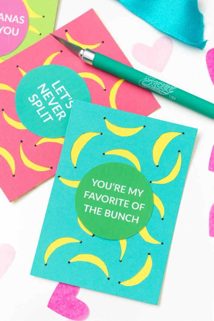 drei Karten, rosa, blau und grün mit blauen, rosa und grünen Aufklebern, Geschenke verpacken