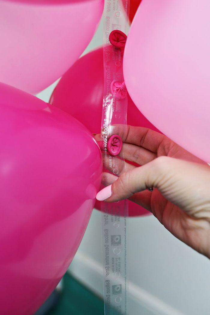 Violette und rosafarbene Ballons aufblasen, Girlande gestalten, schöne Party Deko
