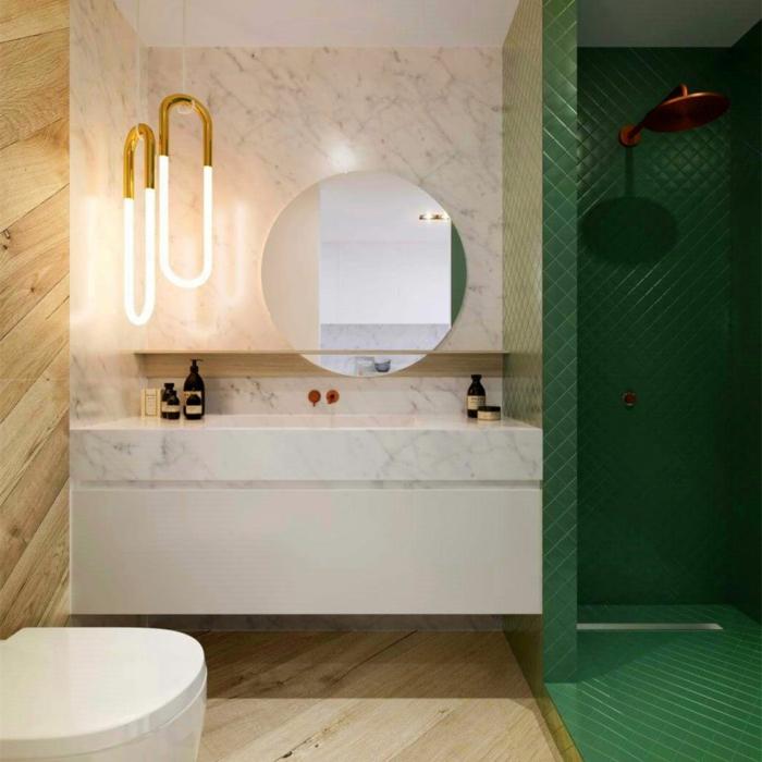 ein runder Spiegel, eine Kombination zwischen Marmor und Holz, Badideen, grüne Duschkabine